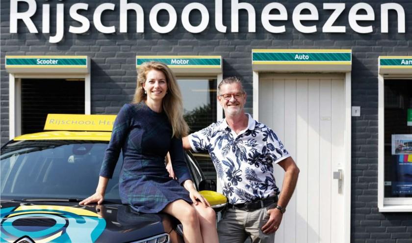 Karin Hermans-Poulissen en Jan Heezen voor de rijschool aan de Kerkhoflaan 1b in Waalre.