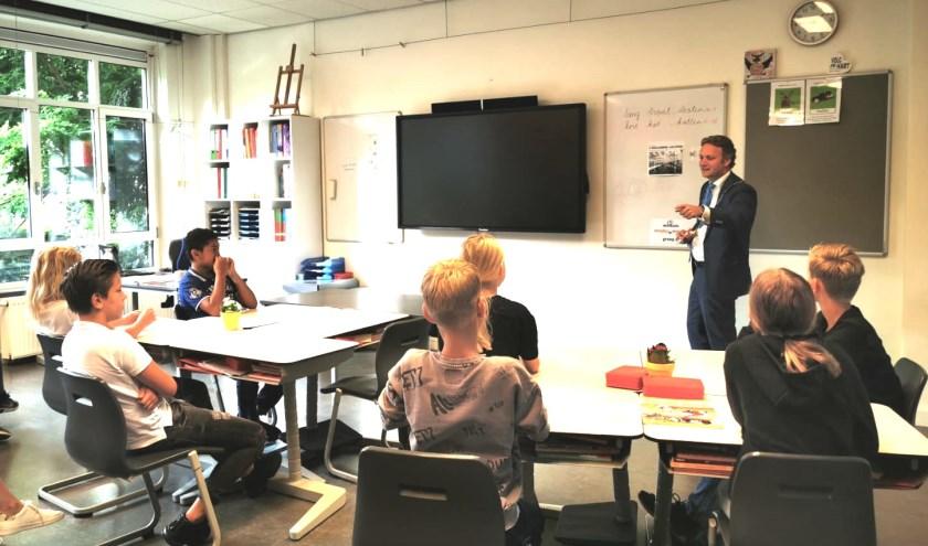 Burgemeester Pieter Verhoeve ging de Oudewaterse basisscholen langs op wervingstoer voor een jeugdige 'collega'. (Foto: gemeente Oudewater)