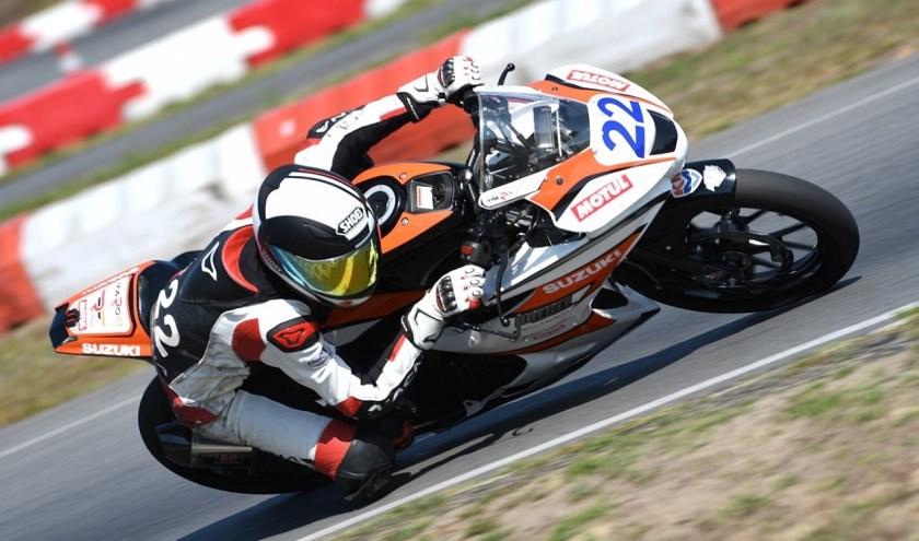 De 13-jarige Maik Duin uit Rijssen kan komende zondag Nederlands kampioen worden op zijn racemotor.