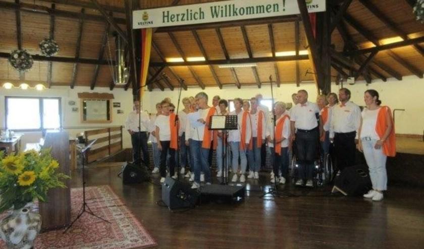 Gospelkoor Promises tijdens het optreden in Duitsland.