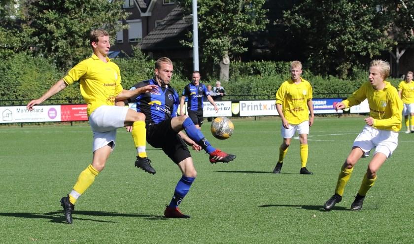 Jesse Peters van GWVV probeert de bal te ontfutselen van sc Millingen.