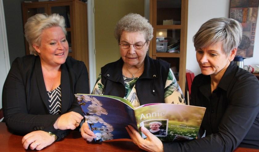 Vlnr: Jacqueline Kremer-Duzijn van Humanitas, mevrouw Niënhuis-Rondeel en Mireille Wopereis van Careaz.