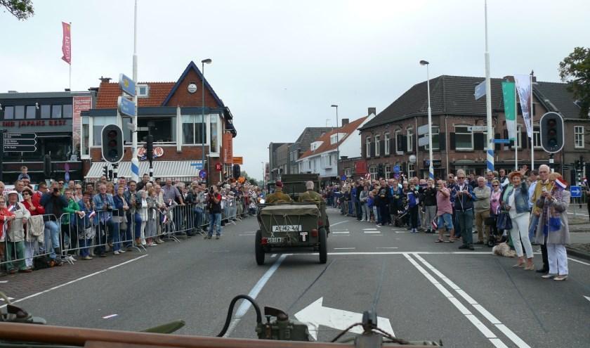 Plaatje van een eerdere tocht met historische legervoertuigen door Valkenswaard.