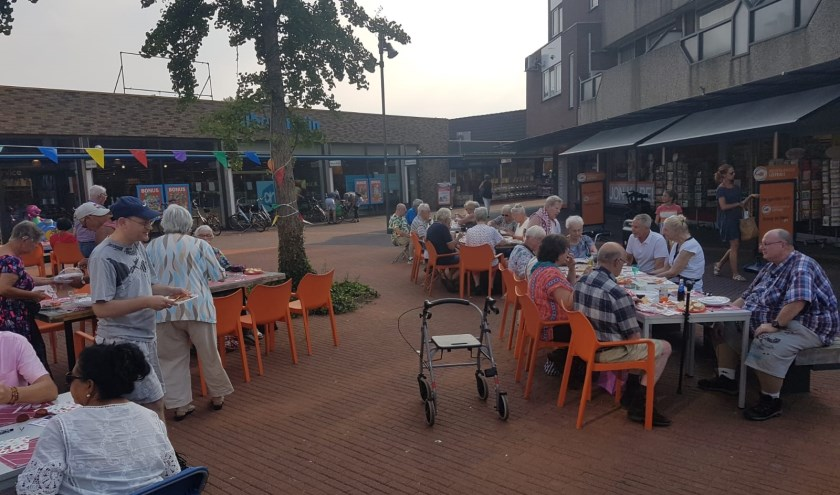 De bbq op buurtplein Zuid werd georganiseerd door Annemiek, de initiatiefneemster van 'Eet je mee', en de buurtverbinder. Op de dag zelf hielpen het team van 'Eet je mee' en de winkeliers van Hoog Zandfeest.