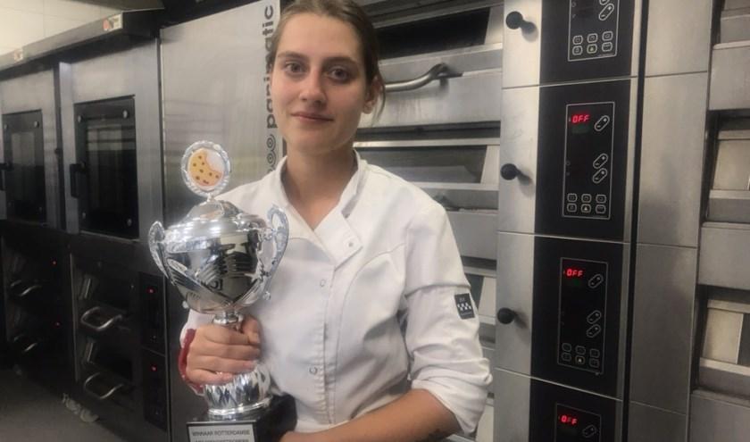 Francisca met de beker die ze heeft gewonnen met haar groepje voor het beste Rotterdamse koekje.