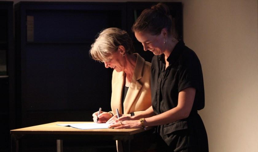 Laurien Timmermans, directeur Conservatorium, en Karin Netten, directeur Kameroperahuis ondertekenden de overeenkomst.