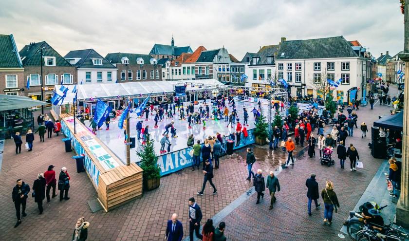 De ijsbaan ligt op een prachtige plek op de Markt en zorgt voor een mooie sfeer in het centrum van Harderwijk.