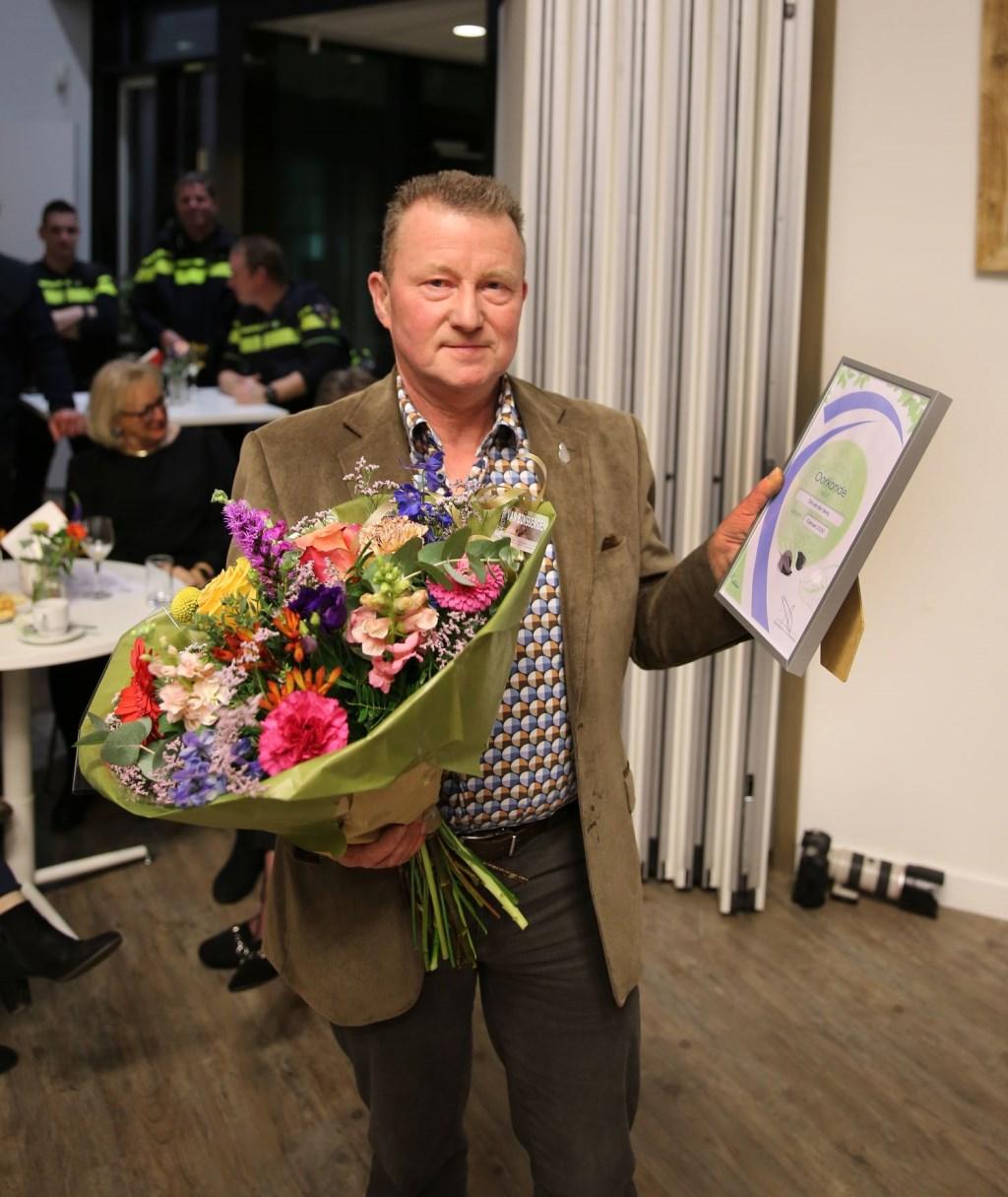 De heer Dirk van den Berg nadat hij uit handen van burgemeester Kottelenberg de Neder-Betuwe Speld heeft ontvangen. (foto: (3JetFotografie)  © DPG Media