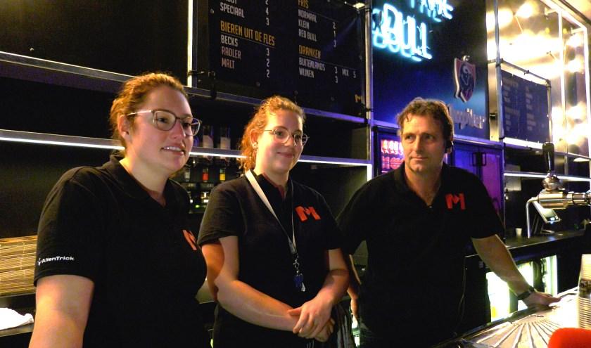 Vrijwilligers van Metropool: Simone Eppink (links), Rob Peerik en zijn dochter Lune (midden). (eigen foto)