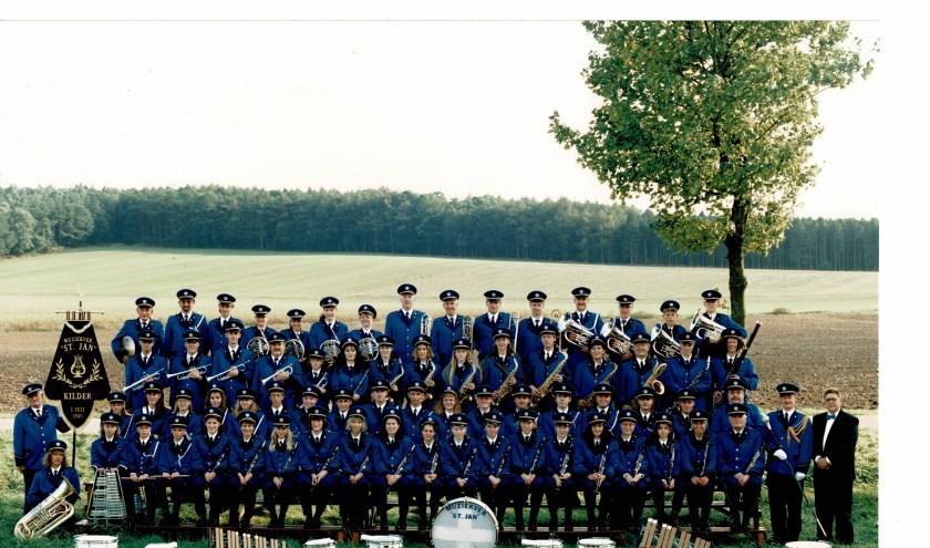 Muziekvereniging St. Jan Kilder in 1995. Helemaal links met vaandel Theet Berendsen, een van de oprichters en rechts oud-dirigent Jan Visser