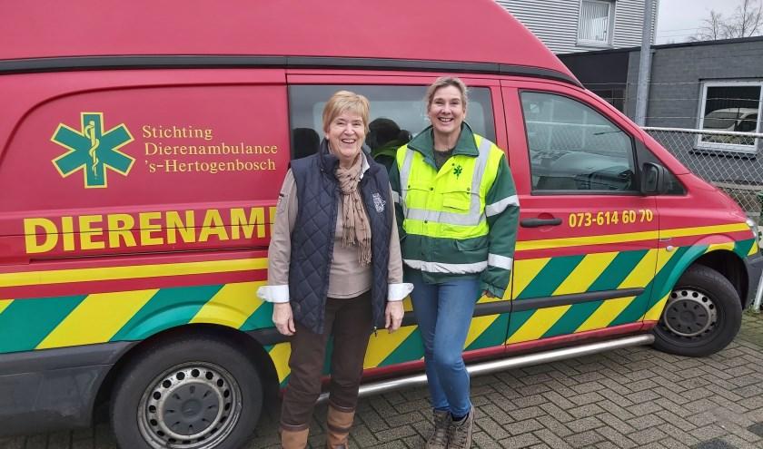 """""""Er staat al 400.000 kilometer op de teller."""" Bestuurslid Dorrit en Karin zijn twee van de 25 vrijwilligers die de dierenambulance bemensen."""