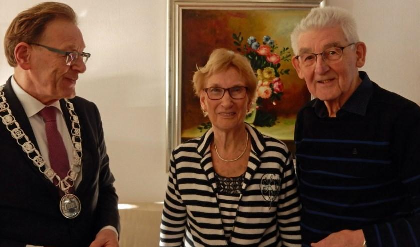 Elsbeth en Kees van der Werf - Wassenborg worden hartelijk gefeliciteerd met hun 60-jarige bruiloft door burgemeester Koos Janssen. Foto: Asta Diepen Stöpler.