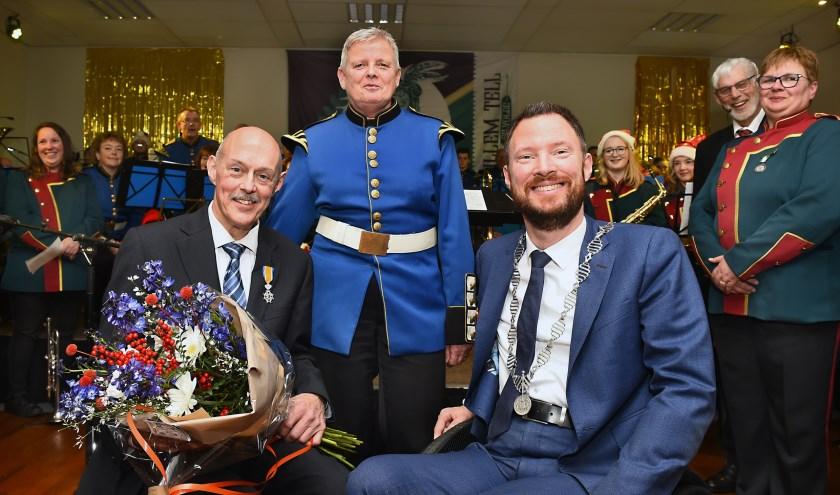 Fred van Hummel en zijn vrouw Annet met burgemeester Otwin van Dijk van de gemeente Oude IJsselstreek.