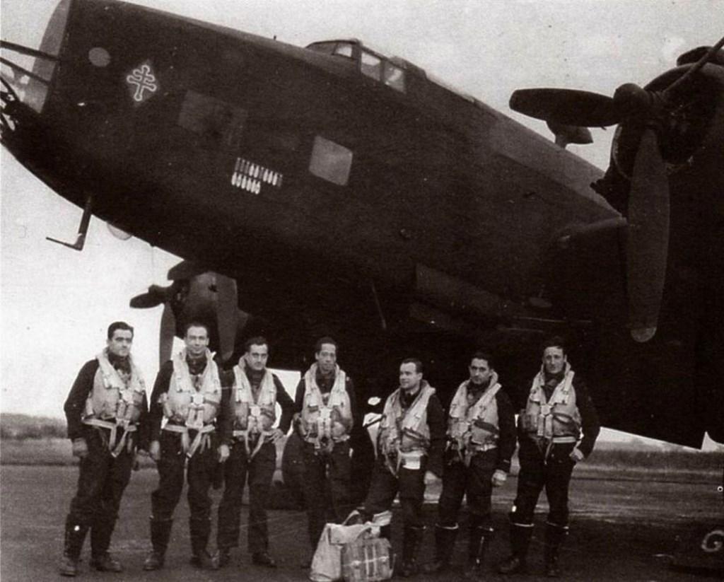 De bemanning van de NA 260 in 1945.  © DPG Media