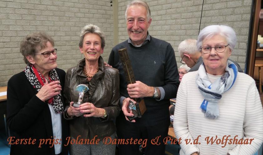 Winnaars Jolande Damsteeg en Piet Wolfshaar met de wisseltrofee die werd overhandigd door de winnaars van 2019.