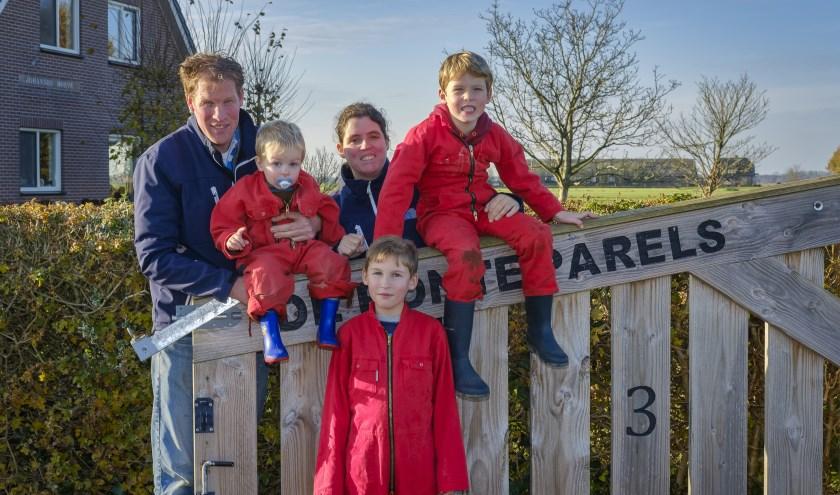 Rutger en Christianne met hun 3 zonen; Thijs, Tobias en Johathan. Het leven op de boerderij draait om het gezin en op een goede verantwoorde manier een argrarisch bedrijf runnen. Petra Cremers Fotografie.