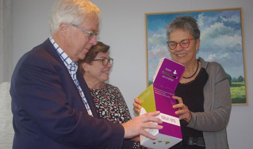 Huisartsenechtpaar Harten heeft met het afscheid in Heinkenszand 2770 euro opgehaald voor Hospice Het Clarahofje.