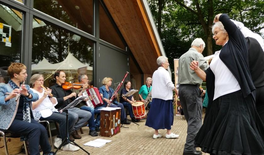 Muzikanten van het Kempisch Volksorkest spelen tijdens de natuurmarkt  op Natuurtuin 't Loo, 25 juni 2017. Foto: Jan Biessen
