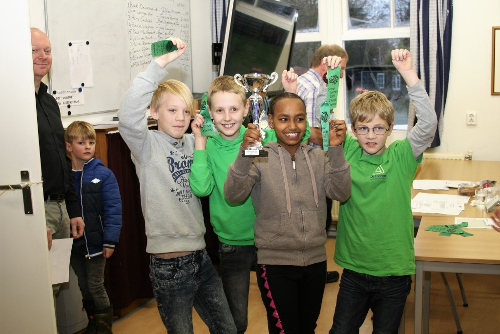 Het team van de Triangel uit Ede werd de glorieuze winnaar van de halve finale in de strijd om het Gelderse schooldamkampioenschap. Foto: Hans Kromhout © DPG Media