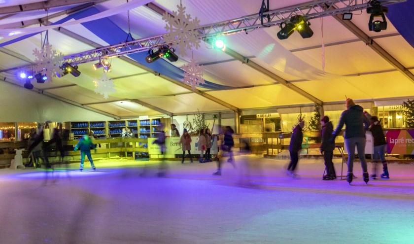 De kunstijsbaan in Zevenaar heeft de afgelopen weken voor heel wat ijspret gezorgd bij jong en oud. (foto: Bas Bakema)