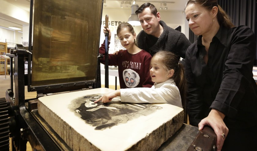 Een gezin op bezoek in het Valkenswaardse museum.