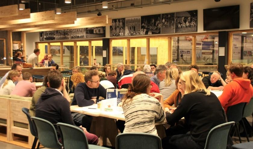 Ruim zestig Wageningers bogen zich vorige week in de kantine van KV Wageningen over het sport- en beweegakkoord.