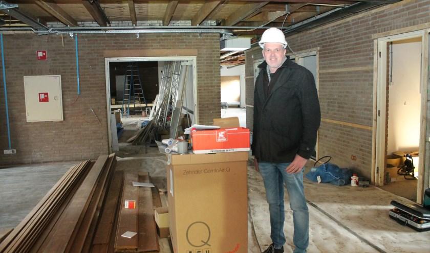"""Temidden van bouwmaterialen kijkt Ronny Menheere uit naar de heropening van De Pit: """"Het wordt prachtig, een burrthuis om gezellig thuis te komen.' FOTO: Leon Janssens."""