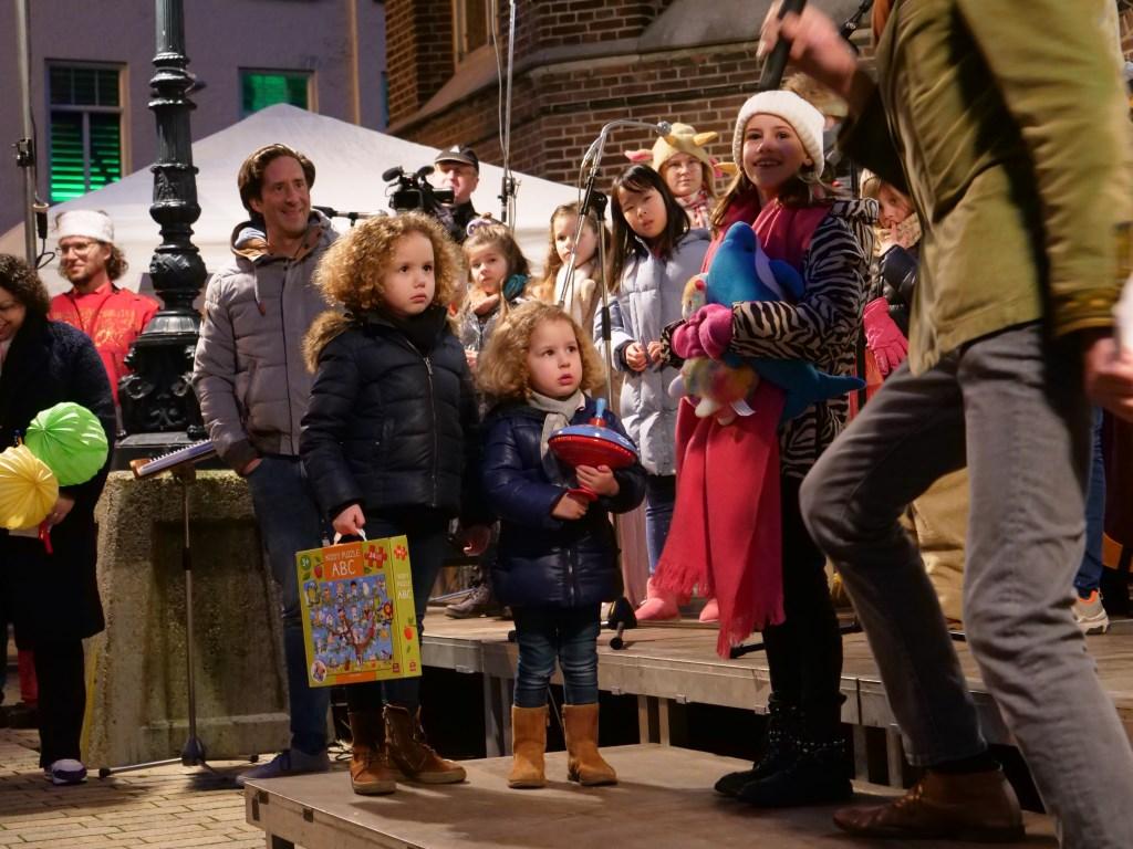 Elena, Sophia en Madelief (vlnr) brengen Het Vierde Geschenk in de praktijk. Ze delen hun speelgoed met leeftijdgenootjes. foto: Christel Doevendans  © DPG Media