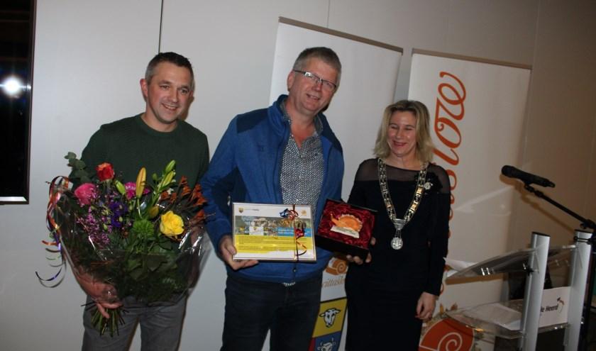 Albert Hassink en Willem Doorn ontvingen de Cittaslowprijs voor de cooperatie Boerenhart uit handen van burgemeester Koops.