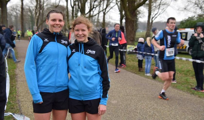 Bianca Fortkamp-Damme(links) en Marlin Snuverink-Nijhof, al jaren trotse deelneemsters aan de Wooldereslopen. (Foto: Timo Oving)