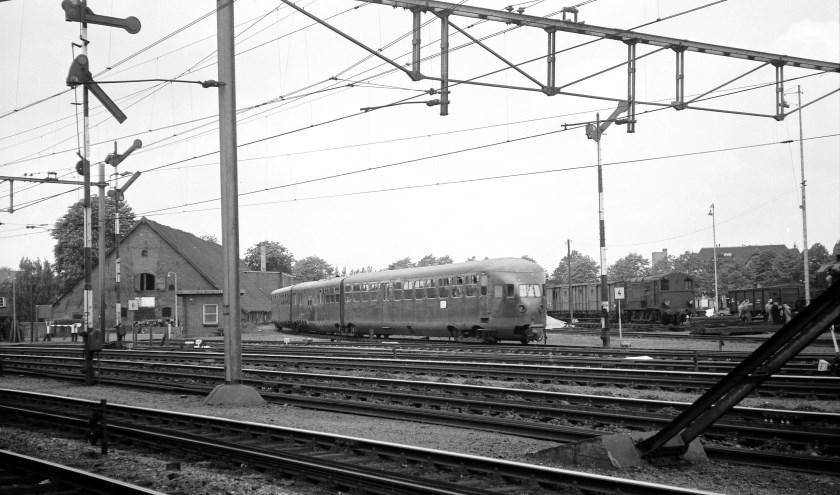 Op 21 mei 1957 vertrekt een dieseltrein DE3 (bouwjaar 1934) vanuit Zwolle naar Kampen. (foto: Kees van de Meene).