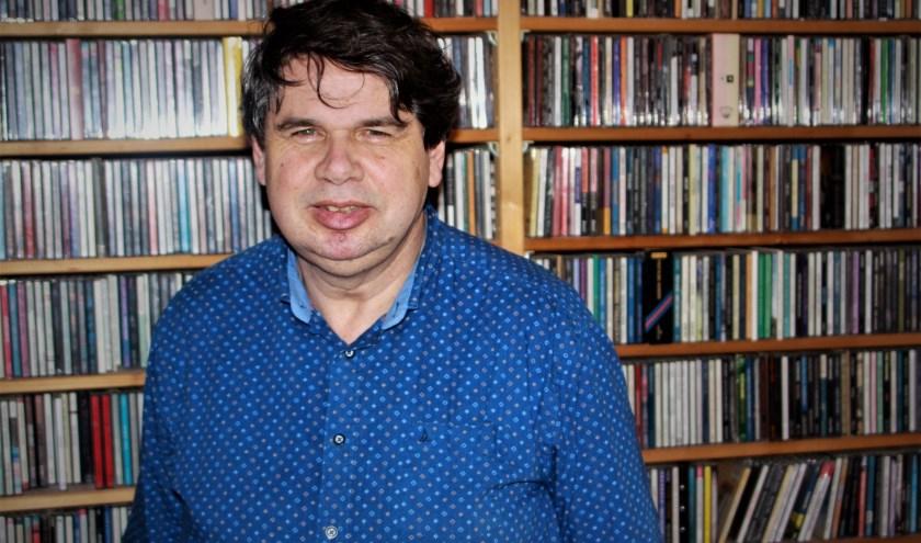 De oprichter van muziekmagazine Heaven, Eric van Domburg Scipio, bij een deel van zijn imposante collectie. (Foto: Arno voor de Poorte)