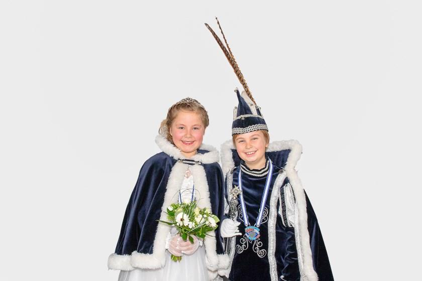 Prinses Lieke en Prins Luuk, het jeugdprinsenpaar van De Dolbotters, stralend op het podium bij Wieleman.