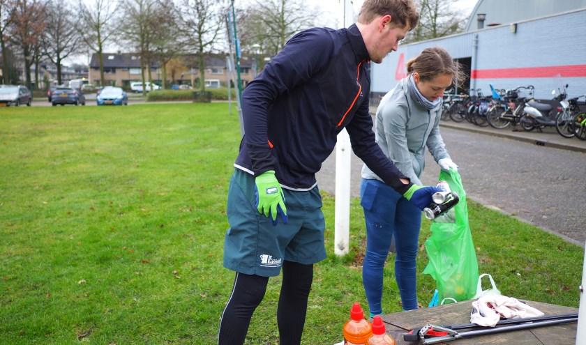 Het zwerfafval wordt gesorteerd door initiatiefnemers Anke en Ilja.