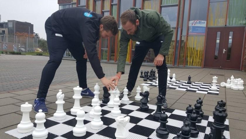 Timo Riphagen en Stefan Reynders, de combinatiefunctionarissen sport van de gemeente, organiseren het schoolschaaktoernooi dat wordt gehouden in Kulturhus De Nieuwhof.