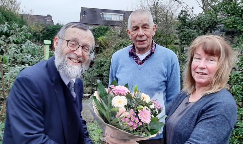 Rabbijn Katz was in januari nog in Veenendaal en bedankte onder meer Wilke Middelhoven voor haar werk op de Joodse Begraafplaats. In het midden Jaap Krocké die haar taak heeft overgenomen. (Archieffoto: Martin Brink/Rijnpost)
