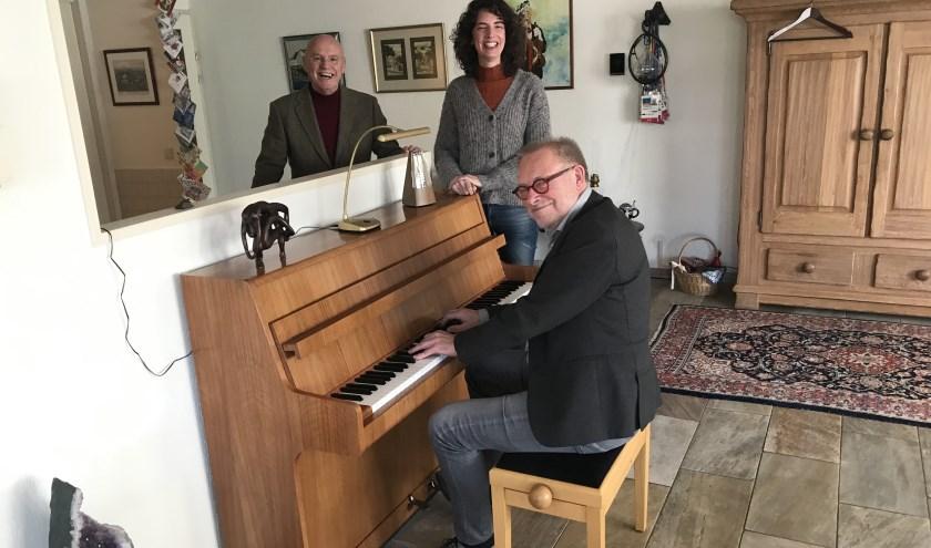 Vlnr: Gastheer/luisteraar Hans van Zetten, sopraan Gusanne van den Brink en Bart Willemsen van de organisatie.