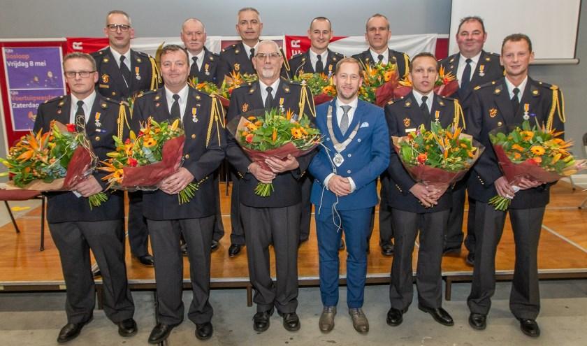 De gedecoreerden met burgemeester Jan Nathan Rozendaal. (Foto: NWVFoto)