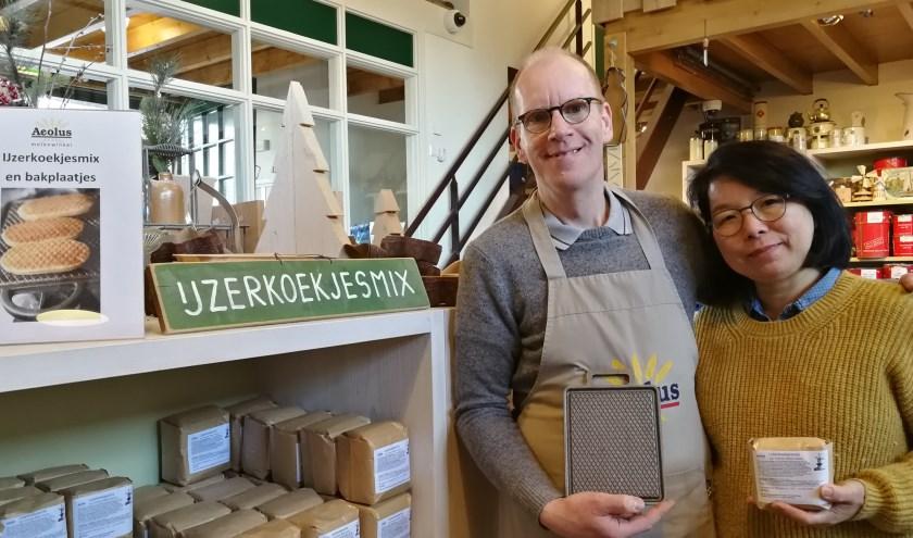 Kees Dobbelstein en zijn vrouw hebben hun handen vol aan het leveren van de ijzerkoekjesmix en de bakplaten na het programma Heel Holland Bakt. Foto: Peter Spek