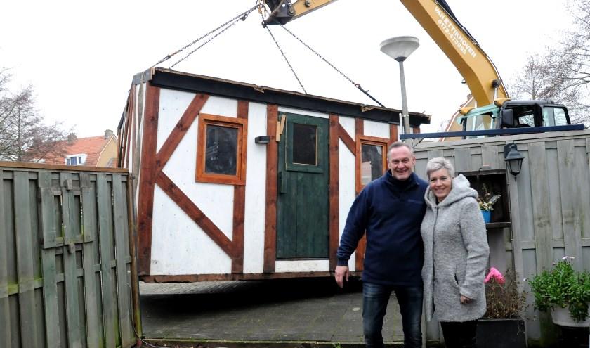 John  en Mirjam tijdens de spectaculaire aflevering van het huis (foto: Fred Nijs).