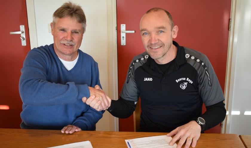Voorzitter Wil Verhoeven (l) en Hans Staps na de ondertekening van het contract. Foto: Peter van Gerven