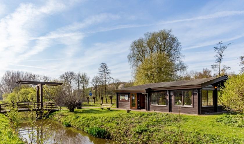 De Blokhut en de bijenstand zijn te vinden in de Natuurtuin van het Wilhelminapark in Rijswijk