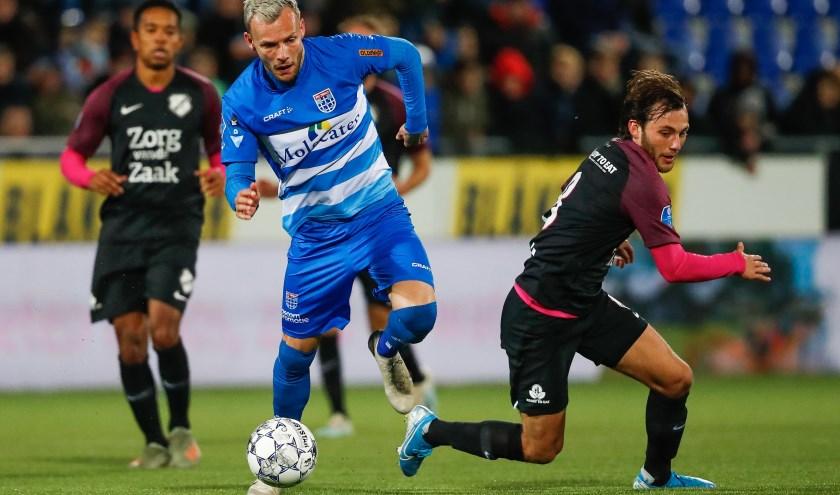 Lennart Thy snelt voorbij Joris van Overeem in de thuiswedstrijd tegen FC Utrecht vorige week.