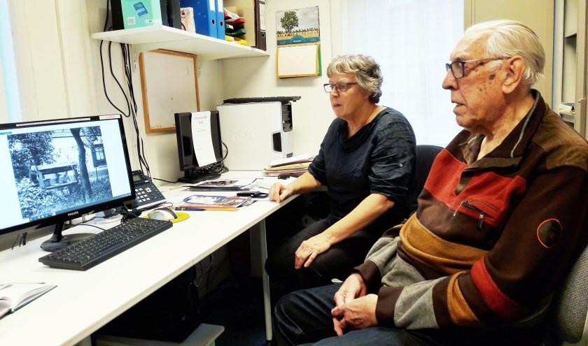 Een warme overdracht: Henk Gijsbertsen heeft veel tijd om zijn opvolgster Marijke de Vos gedegen in te werken,