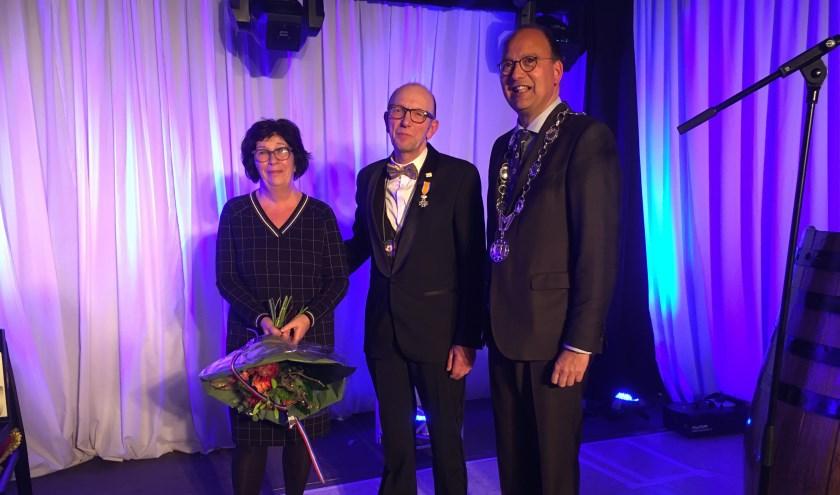 Geert Stienissen samen met zijn vrouw Ans en burgemeester Peter de Baat. (foto: Karin van der Velden)
