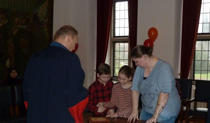 Christel is met haar zoon Jaydon en haar dochter Skye ondertekenen de ouderschapsbelofte, Foto: Liesbeth van Sas.