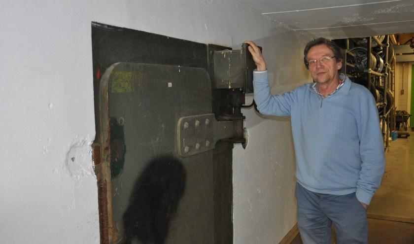 Frans Benders bij de ingang van de atoombunker. FOTO: Julie Houben