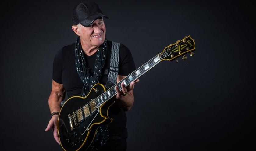 Jan Akkerman met zijn Gibson Les Paul gitaar. (Foto: Paul Bergen)