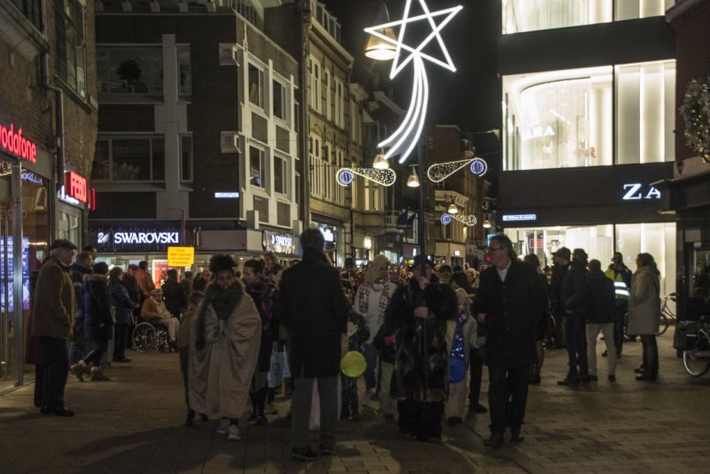 Met de ster voorop trekt de Driekoningstoet vanuit de Heuvelstraat naar de Heuvel. foto: Jan van der Pennen Foto: Jan van der Pennen © DPG Media