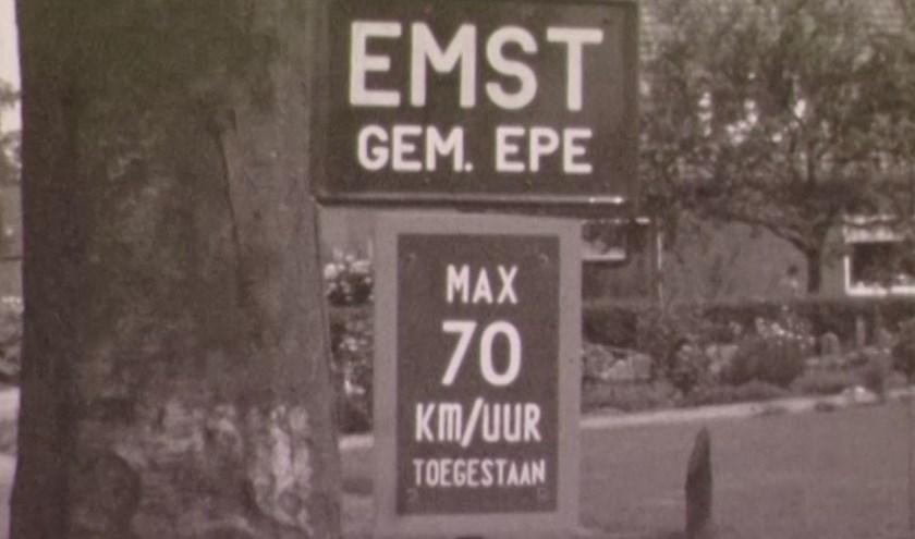 De filmploeg strijkt neer in het centrum van Emst, waar de inwoners 70 kilometer per uur door hun bebouwde kom mogen rijden.
